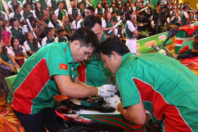 Bộ ba Thợ máy Castrol xuất sắc nhất Việt Nam cho biết các anh luôn sẵn sàng chia sẻ kinh nghiệm cho lớp thợ trẻ.