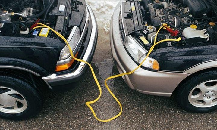 Kích điện nhờ xe khác khi xe hết Ắc quy